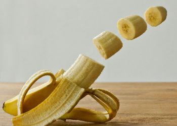 Die Kalorien, Kohlenhydrate, Vitamine und der Zucker in einer Banane