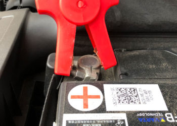VW Passat: Leere Batterie wechseln & anlernen | Kosten & Anleitung